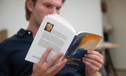 Mann liest Buch Wie wir aus Stroh Gold machen